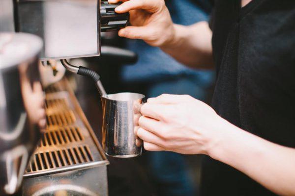 barista praca z espresso